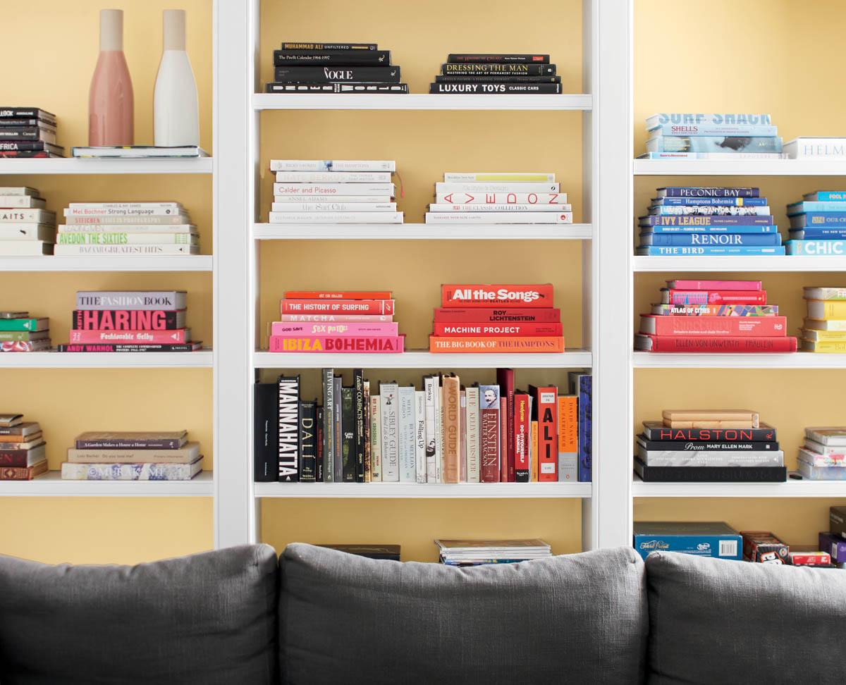 Redécouvrez votre bibliothèque colorée et dépareillée avec encore PLUS de couleurs et mettez vos livres en scène avec une teinte joyeuse comme Paille Dorée 2152-50.  #BenjaminMoore #TendancesCouleur2020 https://t.co/ArScMZMljg