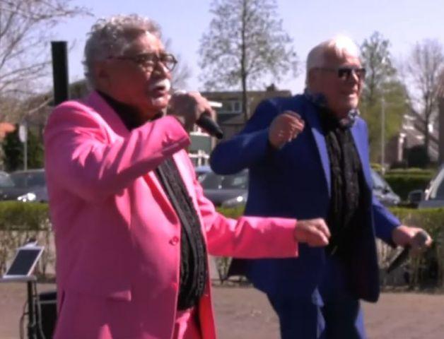 Bewoners Viattence getracteerd op optreden Mick en Henk https://t.co/5WEd1V51JJ https://t.co/MIeA1mxxEM