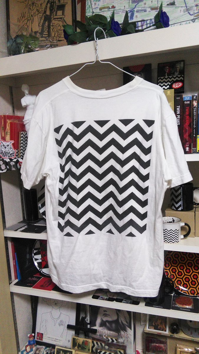 """@cafemonochrome  #MonochromeDay だいぶ着古してきちゃったけど BLACK LODGE柄のT shirtはGet!!  バックプリントT shirtなんだけど、FrontにBLACK  LODGEらしい""""この文字""""が入っているのがイイ!!(〃∇〃) pic.twitter.com/COmqn52nZl"""