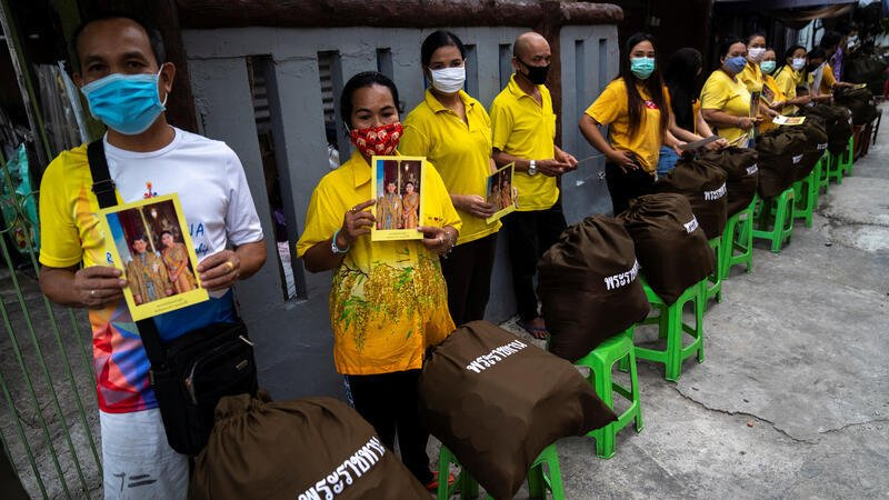 Poor Thais get pictures of the king and queen along with provisions from the palace to help during #coronavirus hardship. Picture by @Athit_P for @reuterspictures. https://t.co/oqTQkjnUgF