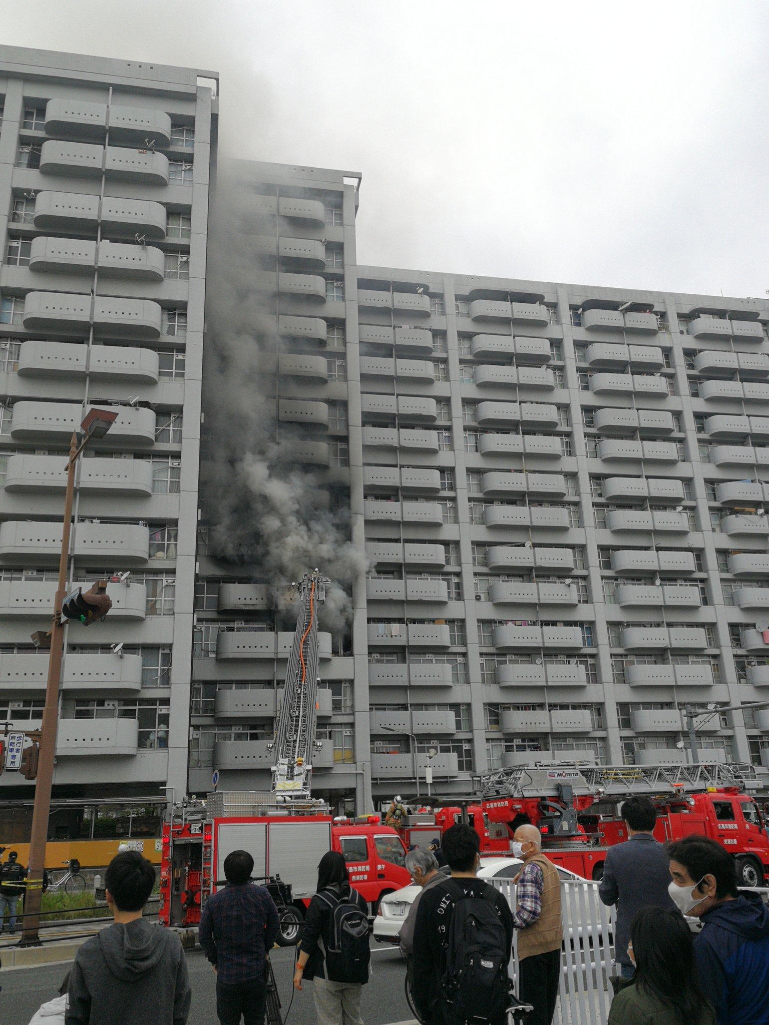 基町付近の高層アパートが火事になっている画像