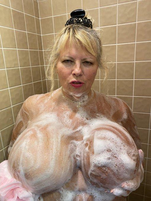 More shower pics https://t.co/3WG6Ji4eFs