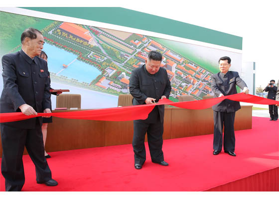 #KimJongUn cut the tape at the ceremony marking the completion of Sunchon Phosphatic Fertilizer Factory in Sunchon. #NorthKorea https://t.co/FwjSlqq6q5
