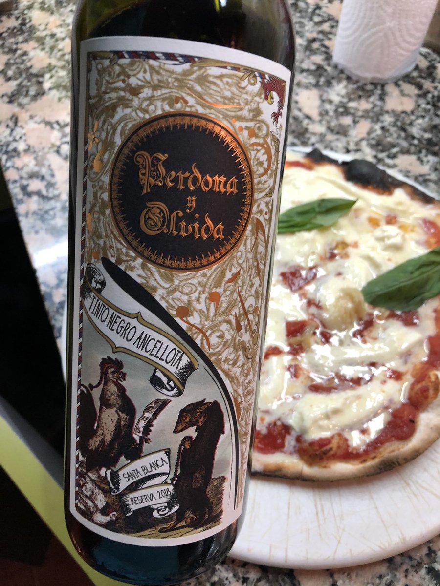 Pintó maridaje post charla en  #zoom #ancellota  de @MalajuntaWines  y #pizza con mucho tomate #straciatella  gracias por la charla @gabrielMJwines #winelover #wineandfriends #yomequedoencasapic.twitter.com/PhWwhzDGav