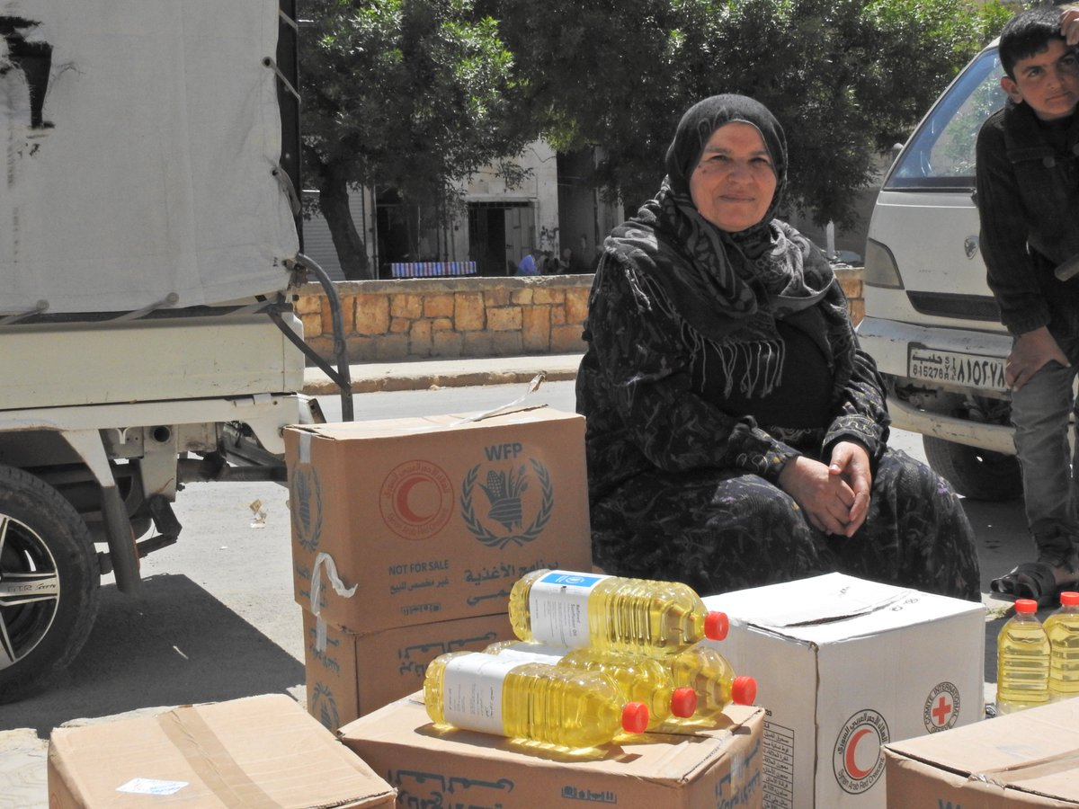 Each day families across #Syria eat a warm meal made from food provided by @WFP. Um Hussains family are 1 of them. The food she receives each month ensures that none of her 3 children in #Aleppo go to bed hungry & she can use her savings to buy fresh fruit & vegetables 🥦🌶️🍊