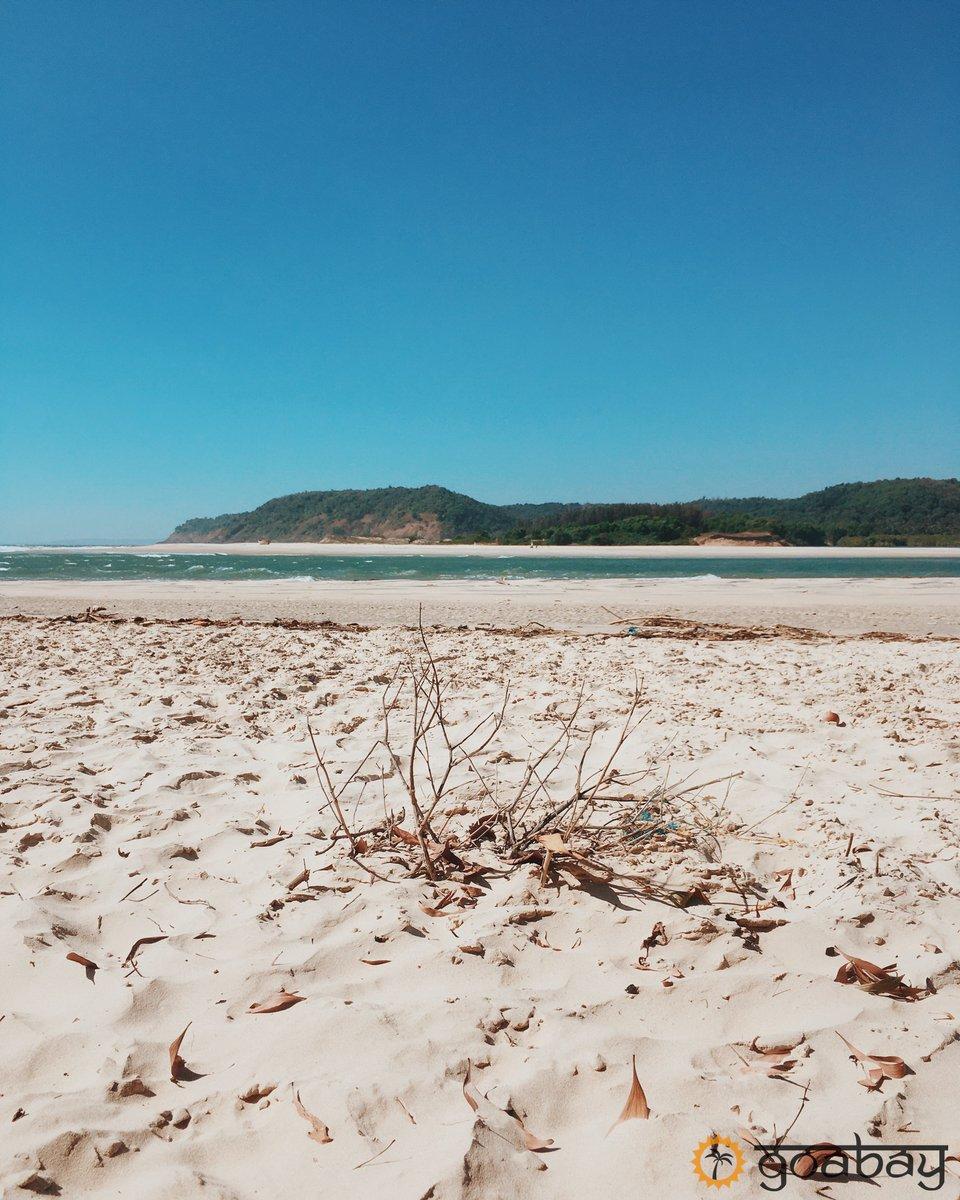 White sand and blue wavesThis is Paradise beach, Maharashtra state, only one hour by bike from Arambol #goabay #goa #beachesofgoa pic.twitter.com/Upd5TidJeu