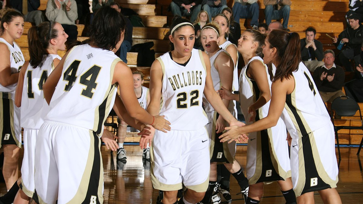Need a bucket? Find Kelsey O'Keefe '10.   O'Keefe finished her career with 1,797 points and averaged 16.0 points per game by the end of her four years in the Black and Gold.   #TBT https://t.co/eZrqTzPd2L