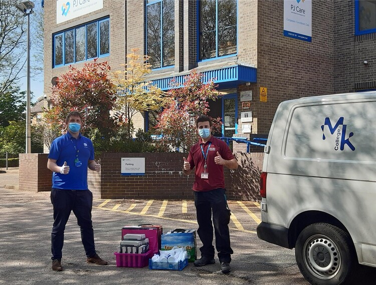 PPE, PE and emergency Parcels, how Milton Keynes College is supporting the community in the crisis: Students and staff @MKCollege are finding an amazing number of ways to support the community during the COVID-19 crisis, from providing #PPE, posting… https://t.co/nttQHHAN7e https://t.co/MWw8rdxZxR
