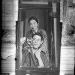 日本の古い写真が海外で話題!鏡を使って自撮りをする日本人カップル