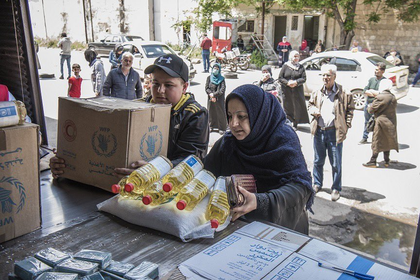 People across #Syria have lost their jobs overnight due to #COVID19 lockdowns. More people than ever arrive in desperate need at @WFP's food distribution points & asking for help. WFP needs urgently funds to reach 4.5 million and more hungry people in Syria.
