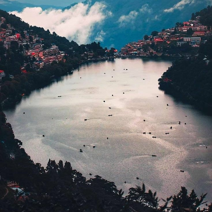 The gem of Uttarakhand - Nainital is a charming hill station that sits prettily at the green foothills of the Kumaon . . @SExpolrers fore more🤩 . .  #nanitaltri #nanitaldiaries #naturephotography #bhfyp #nanitaltrip #nanital #indiatourismplaces #indianphotography #travelgrams https://t.co/I1YExuOhHR