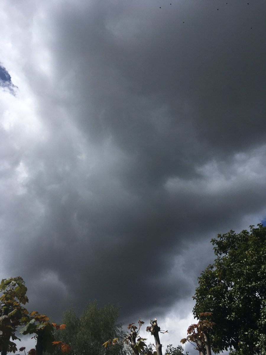 This is it. Storming in angry skies. Rain drops gathering speed & any second now we could get drenched. So? Put your hood up 🥳   #kentukweather  #cloudphotograpy  #MayDay2020  #angrysky  #stormhour https://t.co/ec9GaNLRlp