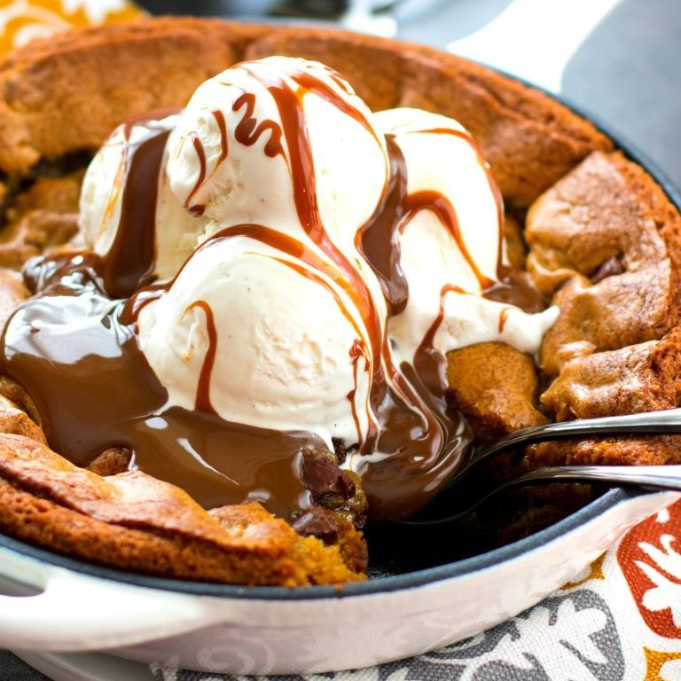 This gooey and decadent Chocolate Chunk Skillet Cookie is not for the sugar shy. #recipe #dessert #skilletcookie #chocolatechunk https://t.co/u3GUwJAe93 https://t.co/kleSusk1CE