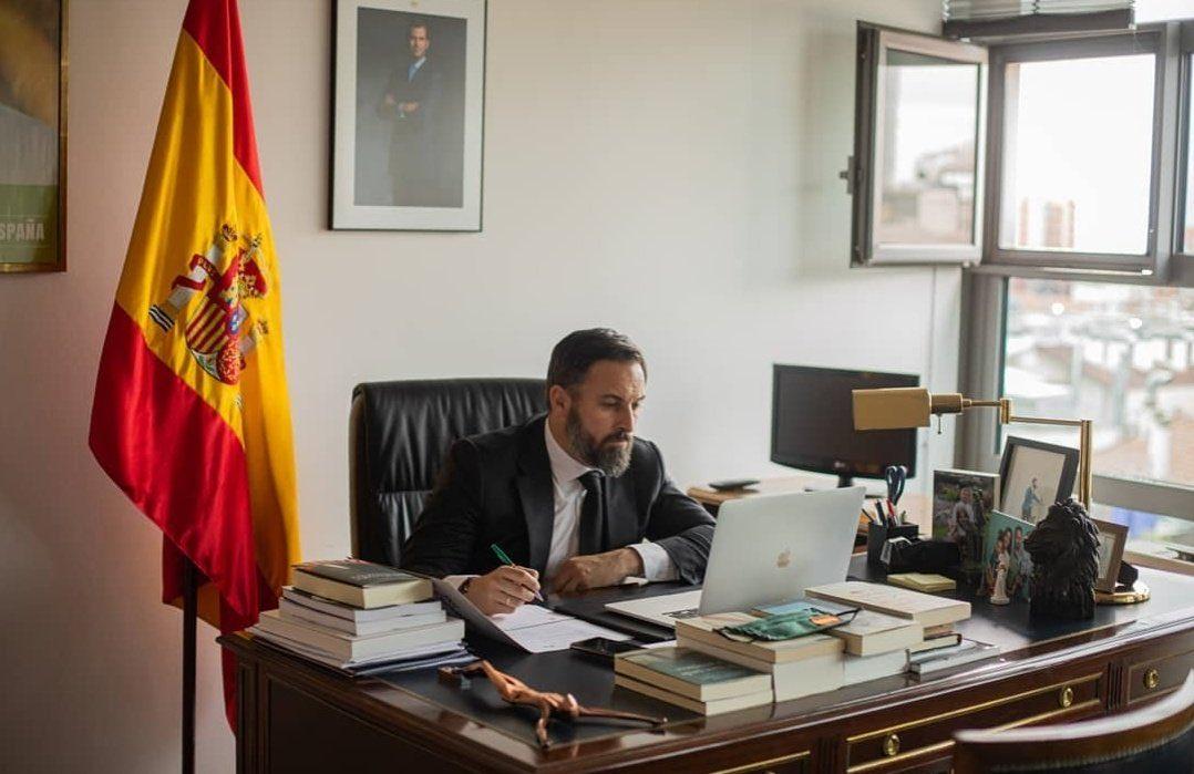 Despacho de Abascal con MacBook