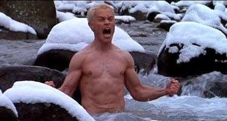 Der katholisch  Wassermann ohne shirt, und mit atletische Körper am Strand