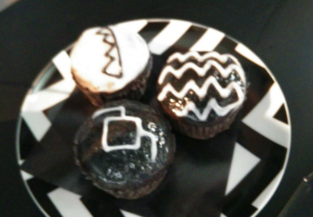 @cafemonochrome #MonochromeDay このカップケーキ!! けっこー密度が高い…とゆーか 食べごたえがあって美味しかったです(*^^*)  TWIN PEAkS の雰囲気も満載 demn fine Capcake ????? pic.twitter.com/ng5jalXIAv
