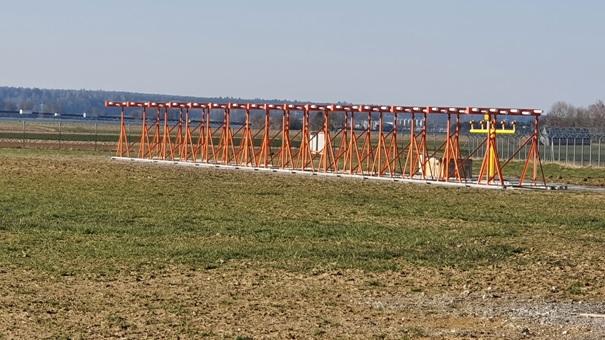 Auch wenn der Flugbetrieb fast vollständig ruht, geht uns die Arbeit nicht aus. Zur Zeit wird das Instrumentenlandesystem für die Landerichtung 06 mit dem Landekurssender und dem Gleitweg für den Betrieb vorbereitet. #fmm2020 #flughafenausbau #memmingenairport https://t.co/Y4o8ZZhw7Z