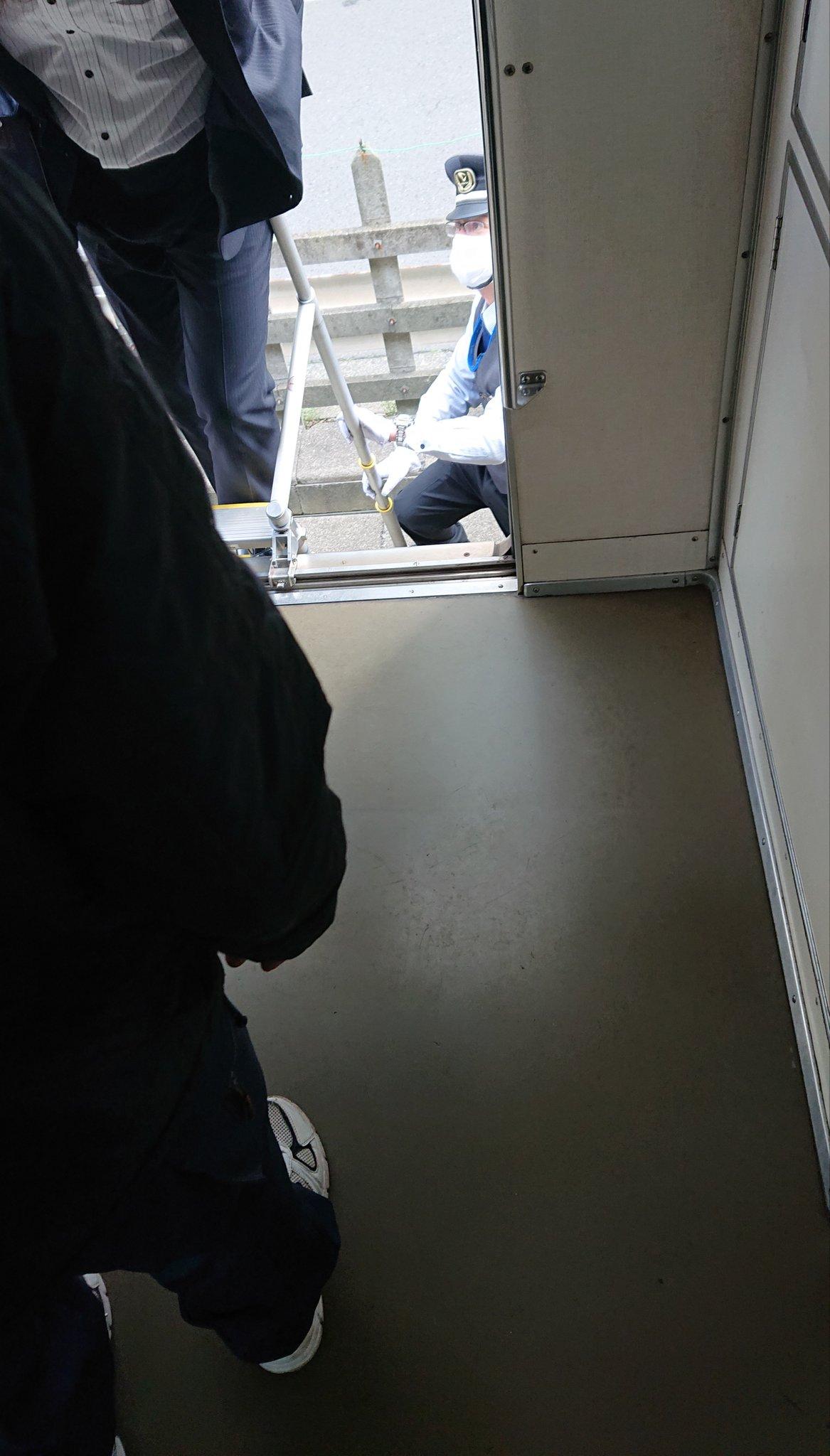 湘南台駅で人身事故が起き乗客が避難している画像