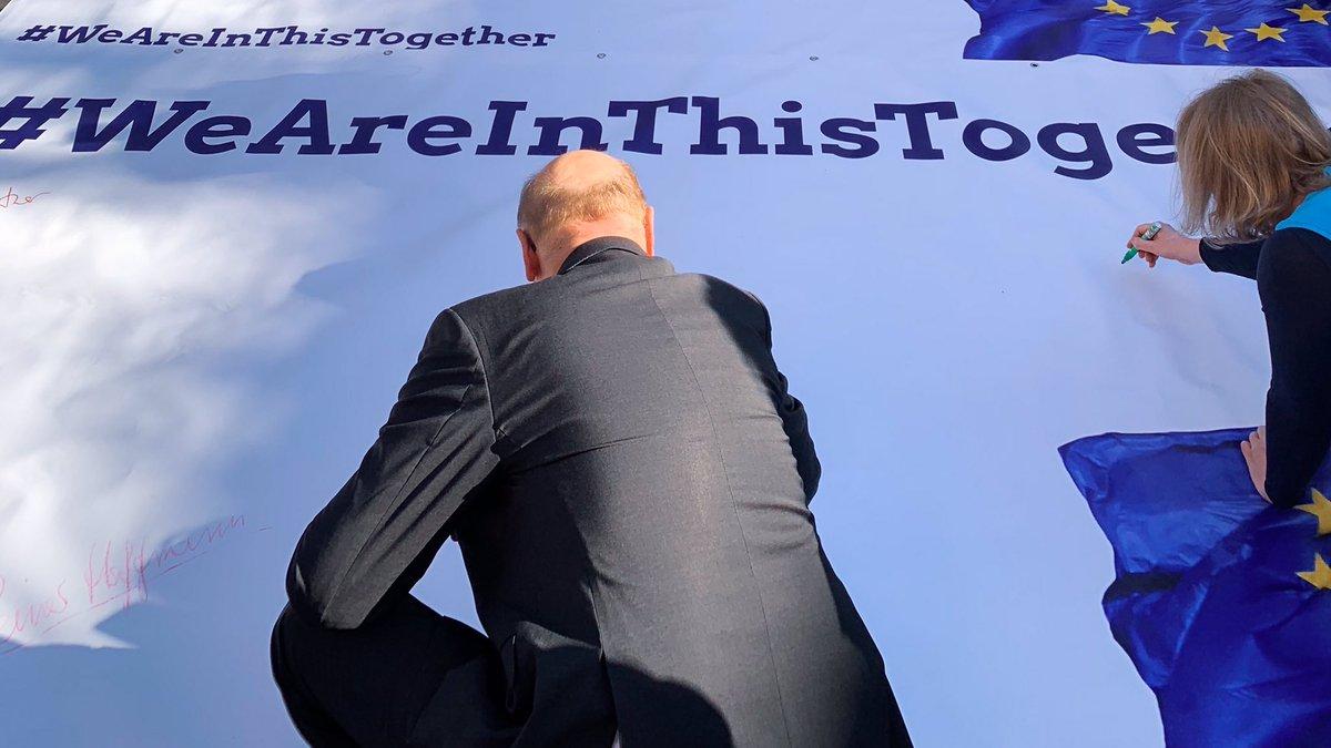 Europa muss für alle da sein - gerade in der #COVIDー19-Krise. In #Italien leben leidenschaftliche Europäerinnen und Europäer - sie und alle ihre Landsleute brauchen jetzt ein starkes und solidarisches Europa. Darauf habe ich vor der italienischen Botschaft aufmerksam gemacht. https://t.co/bePbExcRpZ