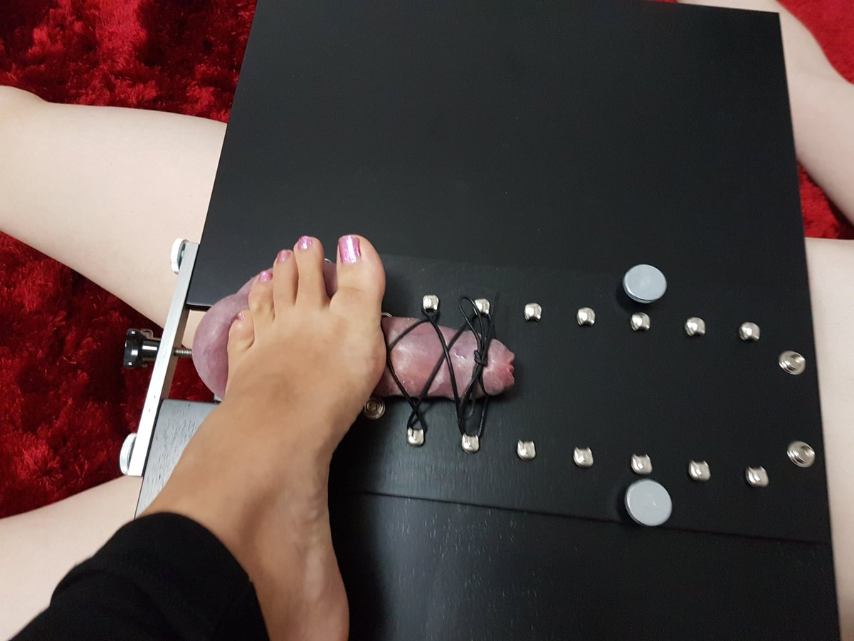 A new kind of foot rest for Matriarch Ezada Sinn, much more entertaining.......  Begin your training: https://t.co/Efvxs472Xn Buy Stapana's clips: https://t.co/QjZKJ5IWN4 #FootFetishWednesday #Ezada https://t.co/8zwDUC8aqv