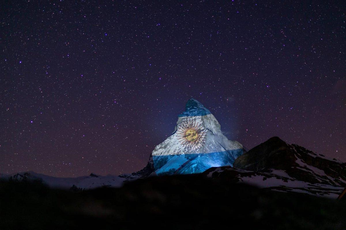 El artista Gerry Hofstetter ilumina el Matterhorn, la montaña más famosa de los Alpes y símbolo emblemático de 🇨🇭, como señal de esperanza y solidaridad con Argentina🇦🇷 en el marco de la pandemia  Foto © Henry Maurer