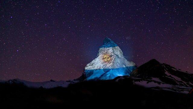 Cada noche el #artista #GerryHofstetter proyecta la bandera representativa de un país en el monte #Matterhorn, ubicado en #Zermatt, al sur de los Alpes en #Suiza, cómo señal de esperanza y solidaridad en medio de la #pandemia ayer en la noche fue el turno de la bandera #Argentina