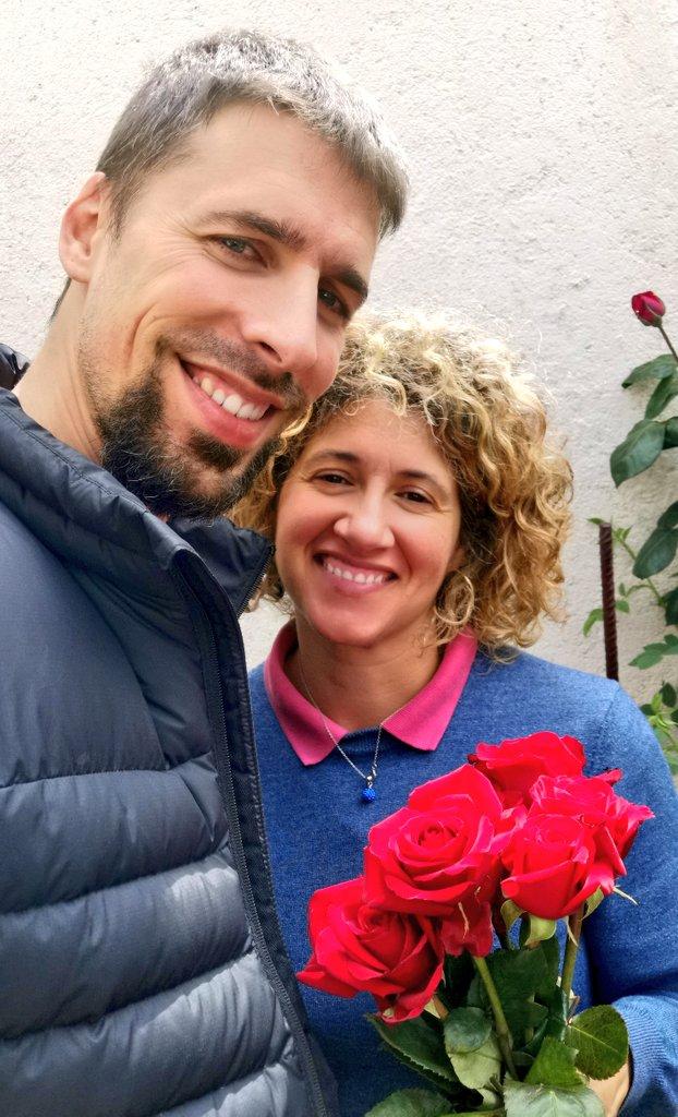Gràcies a @productorscat i @florspons, avui la @gloethic té un St Jordi molt especial.  #SantJordi #23Abril #productorscat #ProductesDeProximitat #SantJordi2020 #SantJordiDesDeCasa #SantJordiRAC1 #santjordiacasa #SantJordiEsQuedaACasa #FlorsPons #cafesnovell #quedatacasa https://t.co/TUMOJ3l84R