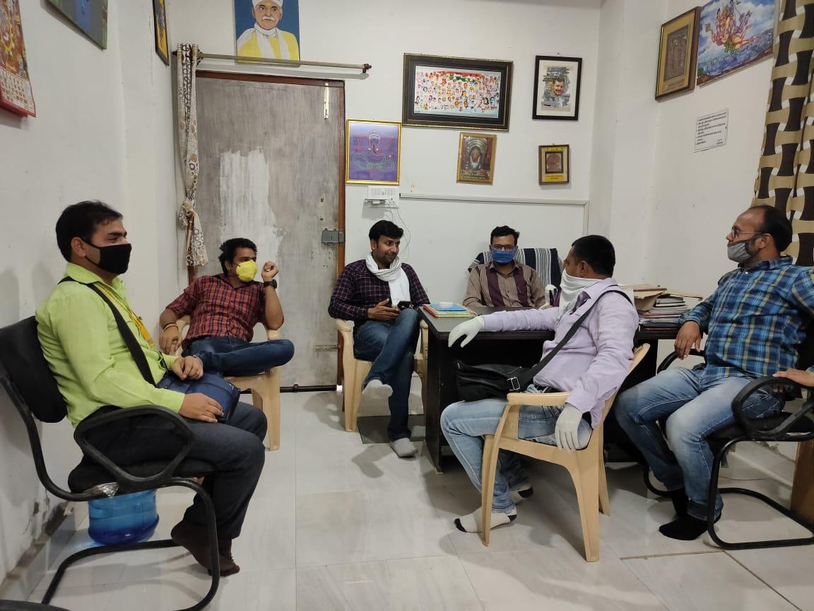 #COVID  #कोरोना से ज्यादा घातक सोशल मीडिया की अफवाहें है। @KumarAVPandey @_vivekpandey @rajeshsrajpoot1 @ashutosh7410952 & @PrabhatGond7 संग बैठक कर अन्य साथियों से अनुरोध किया गया,तत्काल अफवाहों का खंडन करें।   झूठी अफवाह न फैलाएं, अपना फर्ज निभाएं..! @varanasipolice https://t.co/xgxWvLbyuR