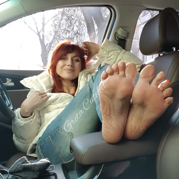 2 pic. Warm up my feet  #feetfetishworld #footgoddess #footfetishgroup #footmodel #toes #soles https://t
