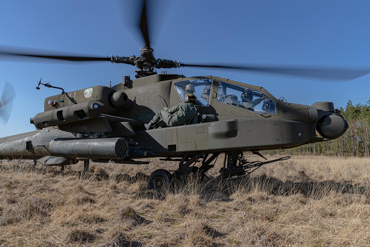Afgelopen dagen hebben onze #Apache crews de procedures van Personal Recovery missies beoefend. Hierbij wordt een gestrande crew opgehaald uit vijandelijk gebied door een andere Apache. De gestrande crew wordt meegenomen op de zijkanten van de #gevechtshelikopter. https://t.co/X18ukoUdVd