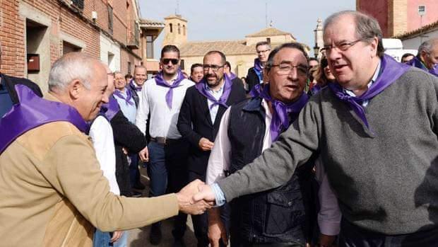 💜 Hoy no acudiremos a #Villarlar2020 para celebrar el día de la Comunidad de @jcyl y la fiesta de todos los castellanos y leoneses. Lo celebraremos de una manera diferente a otras ocasiones, disfrutando de #VillalarenCasa.  #TordesillasesComunera   !! Feliz #DíadeVillarlar !! https://t.co/VKLto7D8x7