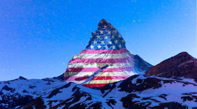 🌎#Mundo l Cada noche, la cumbre más alta de los Alpes suizos, el pico del monte Cervino, se ilumina con los colores de banderas de todo el mundo, en señal de esperanza frente a la pandemia de #coronavirus. El gran artista es #GerryHofstetter. Fotografías: @zermatt_tourism. 🤩❤️