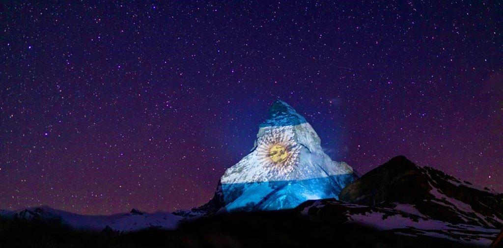 Proyectan la bandera argentina en los #Alpes suizos como mensaje de esperanza contra el #coronavirus. La movida solidaria del país europeo es puesta en marcha por el artista #GerryHofstetter y comenzó hace cuatro semanas  #Pandemia #COVID19