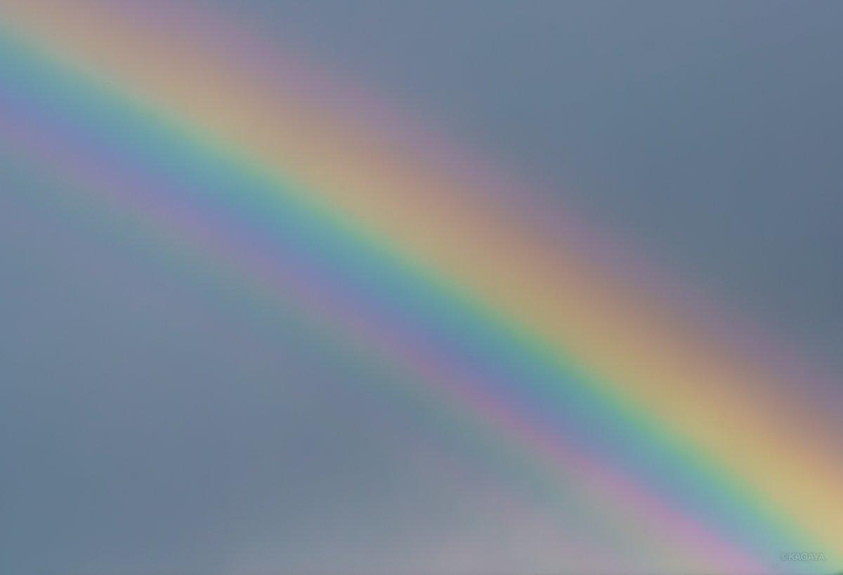 雨上がり、空のカラーパレット。 1, 過剰虹(幾重にも重なるように見える虹) 2, 彩雲を横切る (本日東京にて撮影) 今日もお疲れさまでした。