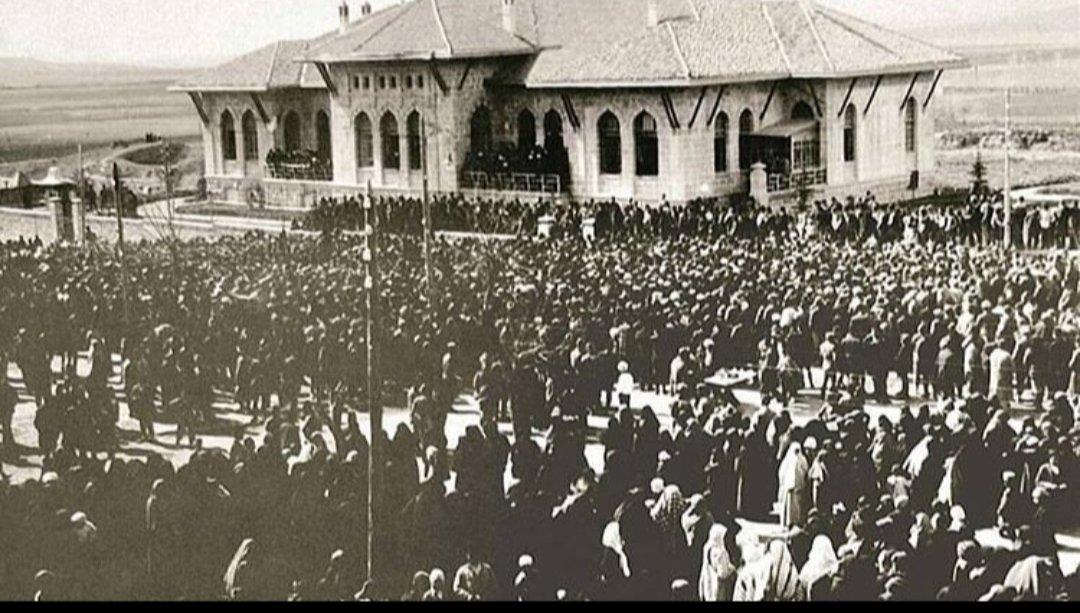 Bugün, tam 100 yıl önce büyük Türk Milleti'nin hür iradesini temsil eden Birinci TBMM'nin açıldığı gündür.🇹🇷 Bu iradeyi sonsuza kadar yaşatacak olan çocuklarımızın ve iclçimizdeki çocukların, Milli Egemenlik ve Çocuk Bayramı'mız kutlu olsun.🇹🇷❤ #yuzyillaryasa23nisan  #23Nisan https://t.co/05Rw3o0q4E