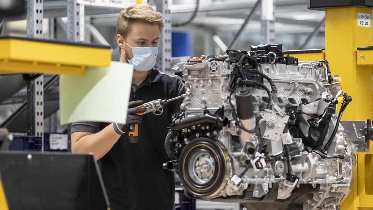 Restart at the #MercedesBenz plant in Bad Cannstatt, Stuttgart: engines are finally rolling off the production line again. https://t.co/9Pm9KzkFBI