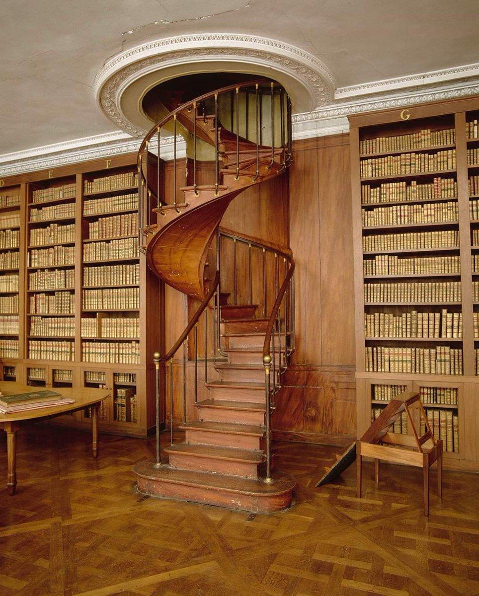 #JourneeMondialeduLivre 🔴 Bienvenue dans la bibliothèque privée de Napoléon ! Celle-ci renferme des ouvrages de travail réservés au seul usage de l'Empereur ! 🧐 Le mobilier de cette pièce intime a été réalisé par l'ébéniste Jacob Desmalter.  🌐 https://t.co/4x4zJ0xpch https://t.co/3IMO2g55U8
