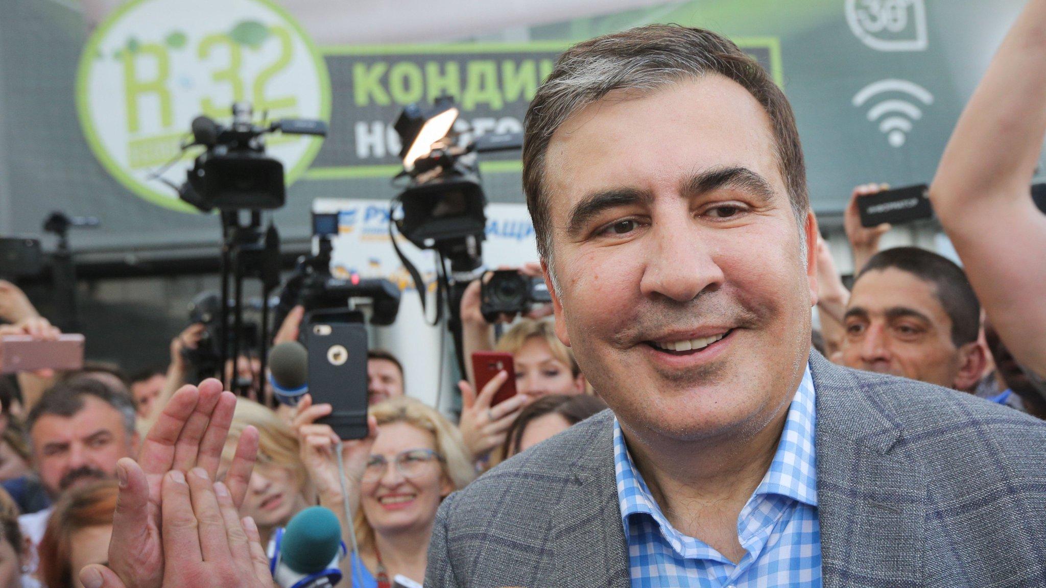 полиции проводятся фото саакашвили на фоне американского флага артистка юмором