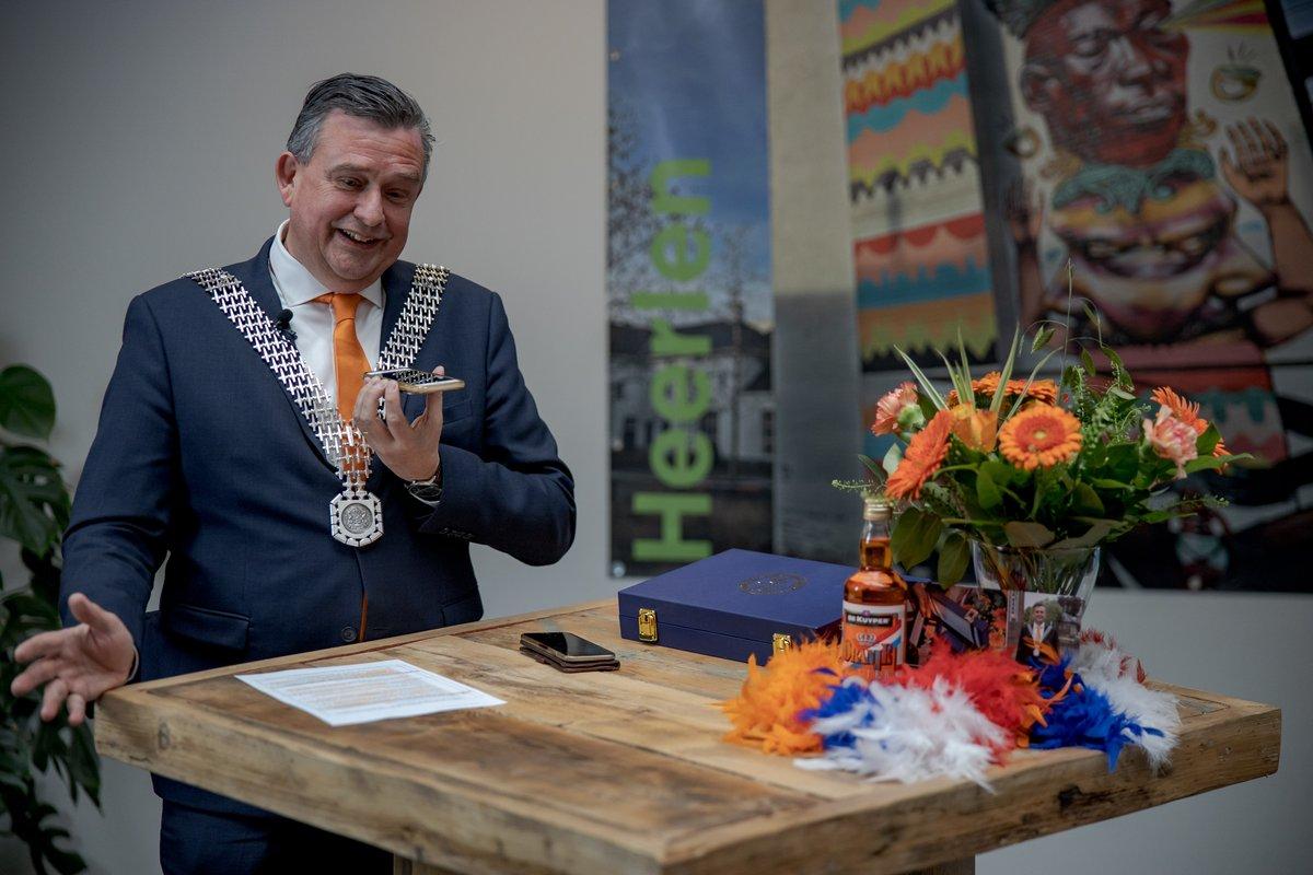 Burgemeester Emile Roemer heeft vandaag 9 lintjes uitgereikt. Dat ging 'anders dan anders'. De gedecoreerden zijn door hem persoonlijk gebeld. Tegelijkertijd werden bloemen, gebak én een koninklijk verrassingspakket bezorgd. https://t.co/uyBk0nTLsM https://t.co/gnT2TW8bX0