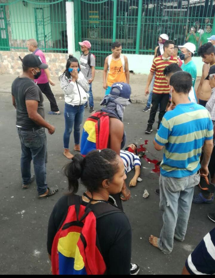 """Policía con hambre mata a joven con hambre en disturbios y saqueos en Upata. Comenzó la confrontación de """"Pueblo contra pueblo"""" en esta lucha nadie gana, mientras tanto, el régimen (Culpable de la crisis) bien gracias. El cerebro sólo les dio para bloquear los acceso a Caracas. https://t.co/ZVI4a1pOiP"""