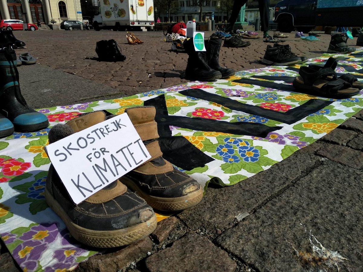 Fredag 24e April - #FridaysForFutures planerade global #klimatstrejk blev i Göteborg en sko-strejk istället för en skolstrejk! Vi demonstrerar tillsammans även om vi inte kan vara på plats, eftersom även under dessa tider tar klimatkrisen ingen paus! @FFF_Sweden @KlimatsamlGbg