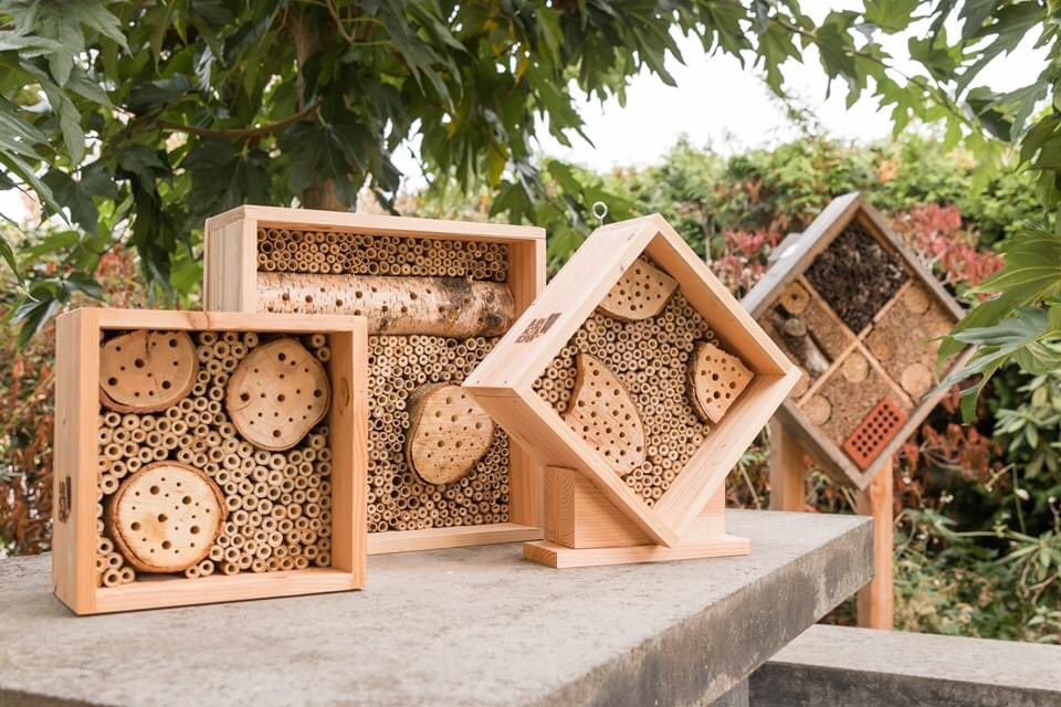 MOEDERDAG Is jouw mama ook de liefste van de wereld? Geef haar dan een duurzaam en sociaal kado. Kleine bijenhotels en hommelkasten gemaakt door BIJ-zondere medewerkers  Kijk snel in onze webshop voor een leuk kado #moederdag #moeder #mama #bijenhotel #bijen #hommelpic.twitter.com/ZggtHt7QWs