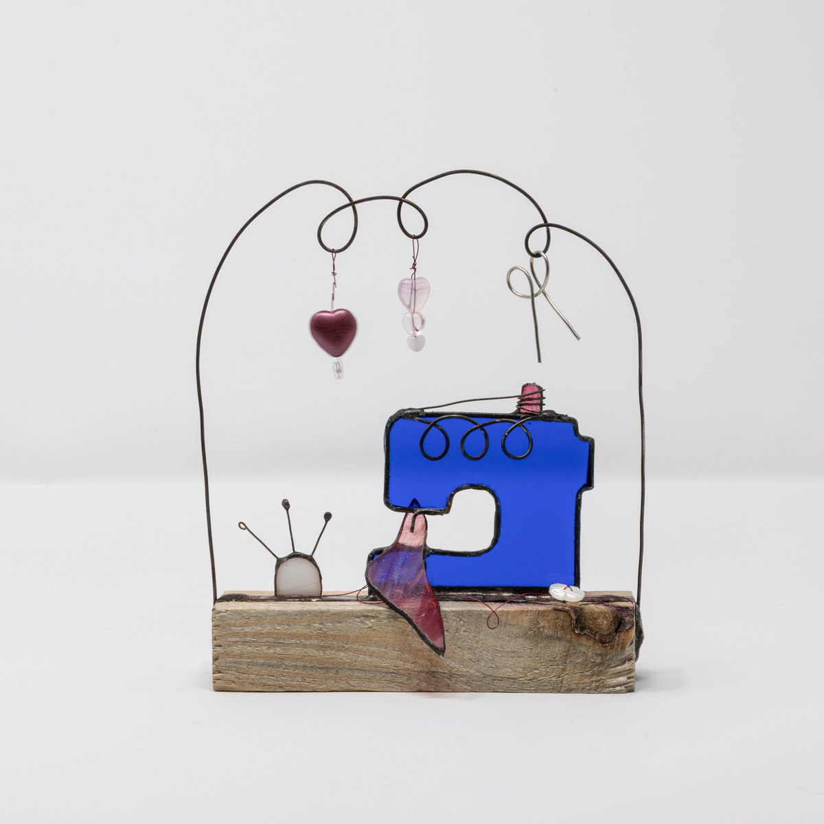 I was inspired to make this #stainedglass #vintage #sewingmachine to celebrate #stitchers and #sewing . #craft is so important and especially in #lockdown #contemporaryart #contemporaryglass. #KeepCraftingcarryon<br>http://pic.twitter.com/nWZQZUJI8f