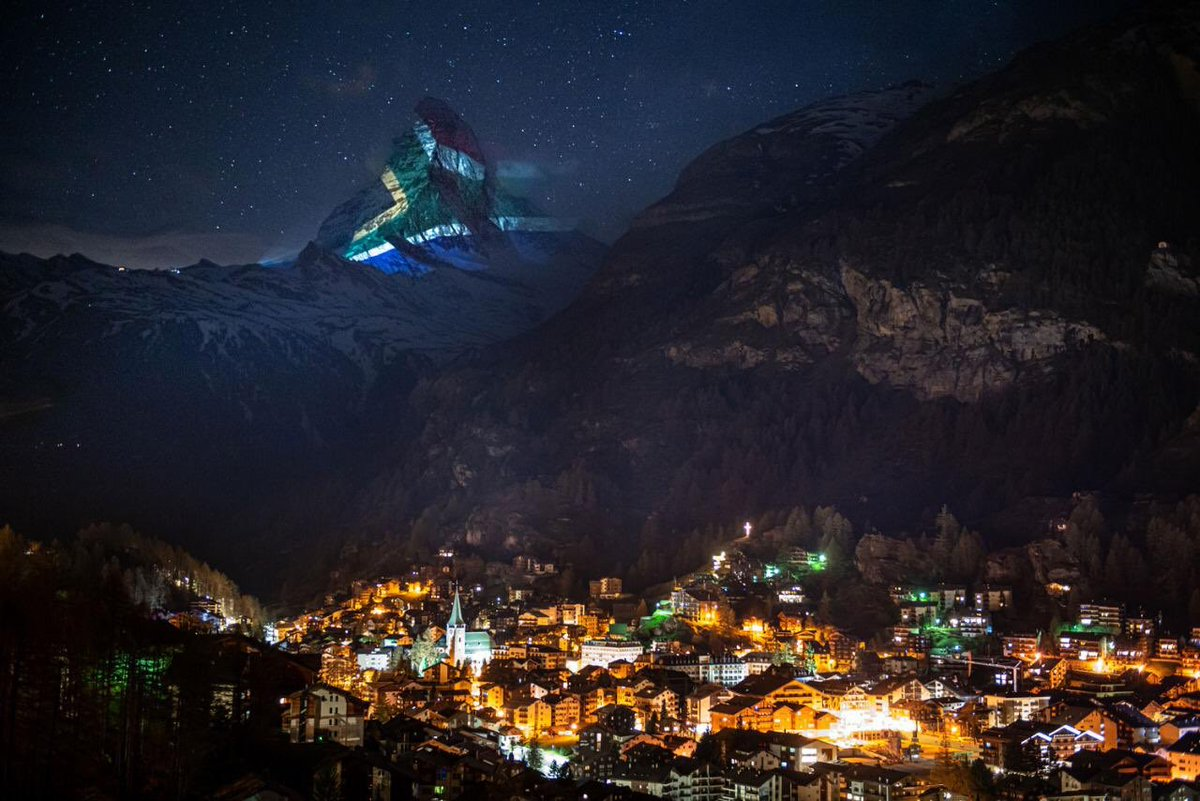 #COVID19   INTERNATIONAL SOLIDARITY: The iconic #Matterhorn mountain shines in solidarity with the people of South Africa🇿🇦. Message of hope, strength, courage, patience, resilience from the people of Switzerland🇨🇭#LockdownSA #StayHome [light artist & innovator #gerryhofstetter]