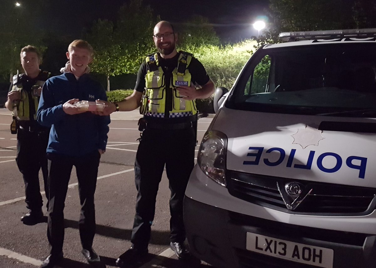 Last night myself and @gush_andrew came across @BTPEssex at @Tesco and donated some well earned cakes too the team for the hard work that they are doing at this difficult time. 🙂#cakes