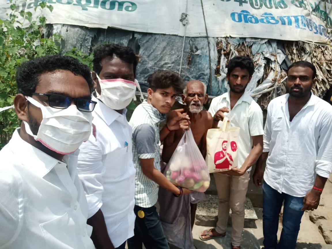 #தளபதி அவர்களின் ஆணைக்கிணங்க இன்று #செஞ்சி #சட்டமன்றம் #தொகுதியில் செஞ்சி ஒன்றியம் #ஒதியத்தூர் #கிராமத்தில் உள்ள வறுமைக் கோட்டுக்கு கீழ் உள்ள கிராம பொதுமக்களுக்கு ஒரு வாரத்திற்கு தேவையான நிவாரணப் பொருட்களை  #விழுப்புரம் #வடக்குமாவட்ட #செயலாளர் குண.#சரவணன் வழங்கினார்.  @actorvijay https://t.co/hq6ynxkqfy