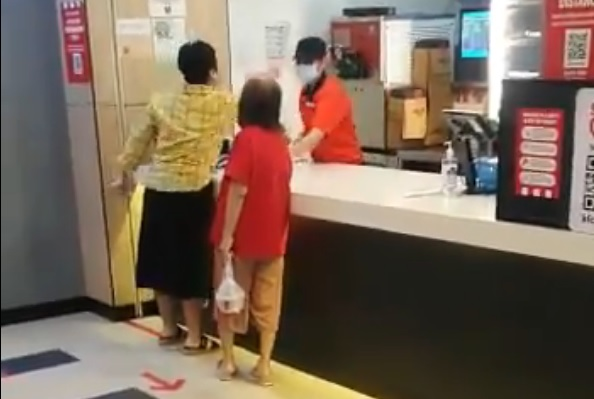 Gara-gara tengking dan meludah pekerja KFC, wanita bengkeng ditahan polis Singapura #AWANIviral #HapusCOVID19 https://t.co/ilBtoH2iAJ https://t.co/QbVwry4El4