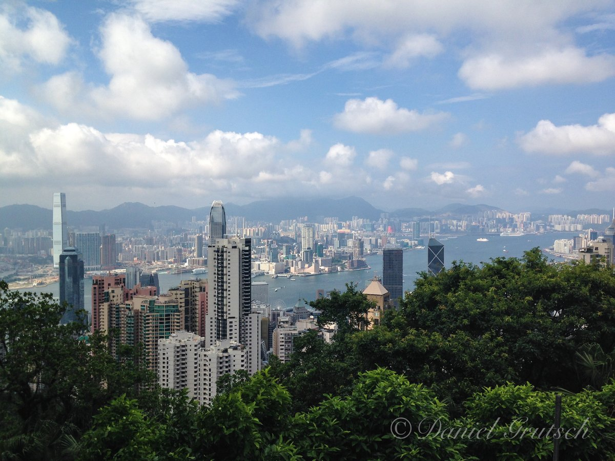 Already 3 years ago since I took this picture. One of the best times of the year to visit Hong Kong as there are no typhoons and often less humidity in spring. And temperatures are quite nice then. #hongkong #thepeak #victoriapeak #panorama #travelpic.twitter.com/wjMx8CLOb6