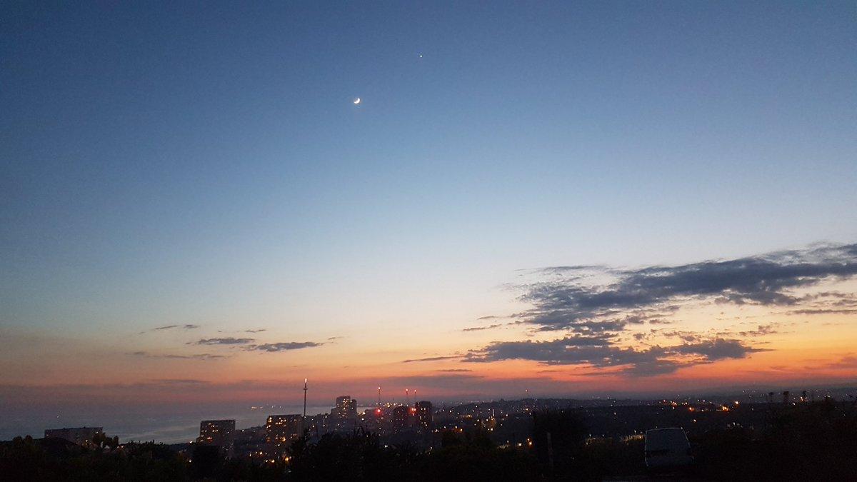 @VirtualAstro Moon and Venus seen from Brighton #Sussex