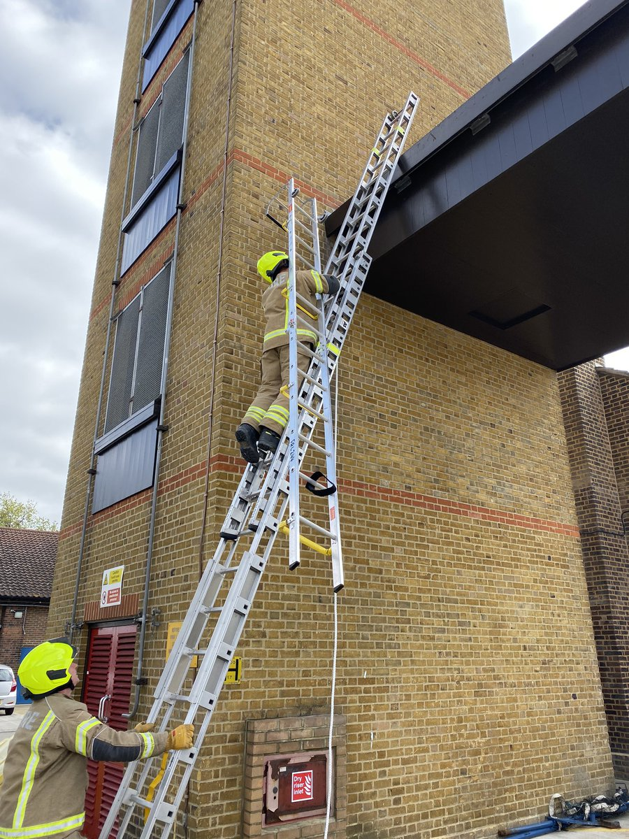 Hornchurch Red Watch carrying out essential training on 2nd Day - Roof Ladders #Hornchurch #roofladders #profesional #firefighting #LFBpic.twitter.com/rosHt1kZzk